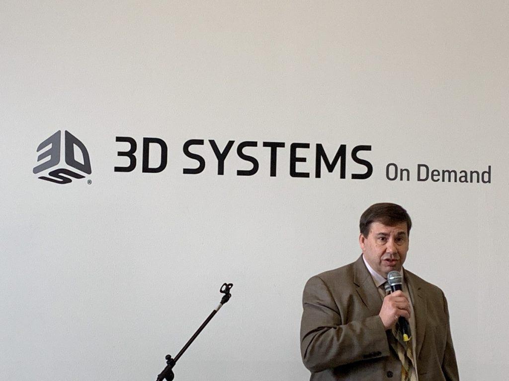 El Sr. Schultz exponiendo durante la reciente inauguración de las instalaciones de Pinerolo.